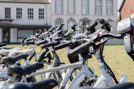 Bicicletas eléctricas frente a la universidad